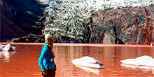 Lagoa vermelha ou lagoa de chocolate em Cusco